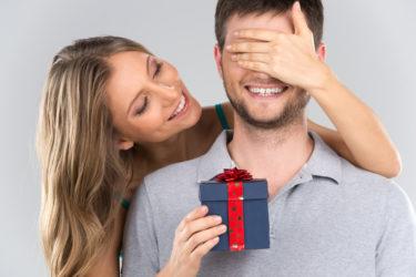 【彼の本気度UP!】不倫相手が惚れ直すプレゼントを完全紹介!奥さんにバレずに彼の心をグッと掴む方法も伝授!