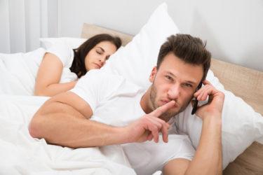 奥さんにバレても別れないし連絡してくる既婚男性の心理と浮気相手と別れたふりをして不倫し続ける男性の本当の気持ちの見抜き方